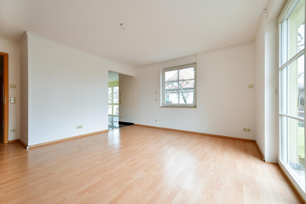 Wohnzimmer_und_Durchgang_Küche